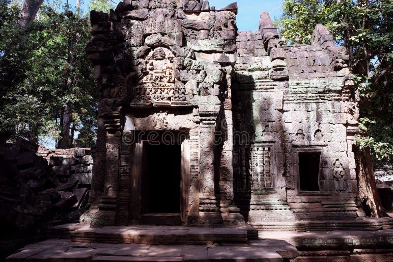 F?rfallet stena huset som dekoreras med basreliefer D?rr?ppning i det gamla huset Konsten av att snida f?r sten royaltyfria foton