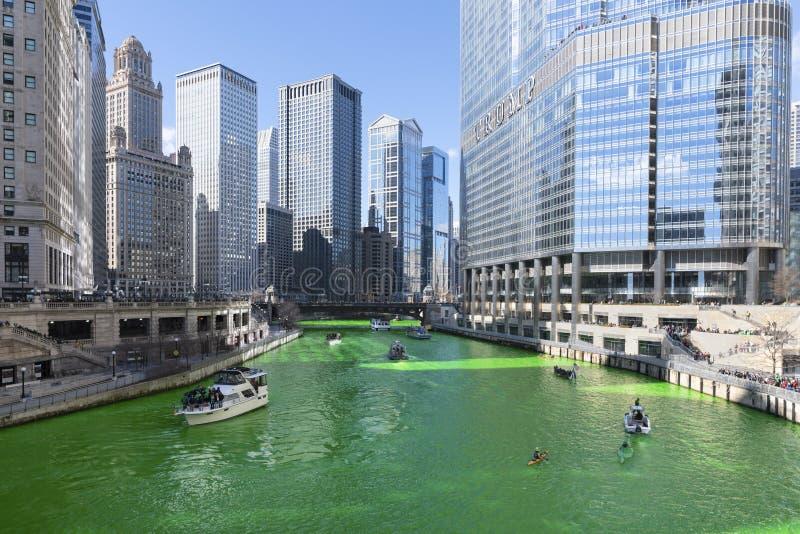F?rga Chicago River gr?splan royaltyfri fotografi