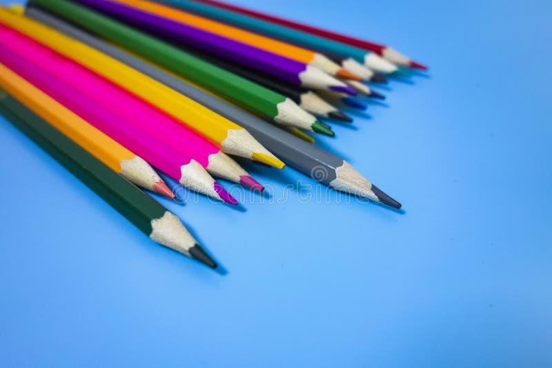 F?rgade blyertspennor ordnade trevligt vektor illustrationer