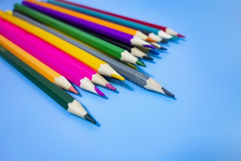 F?rgade blyertspennor ordnade trevligt royaltyfri illustrationer
