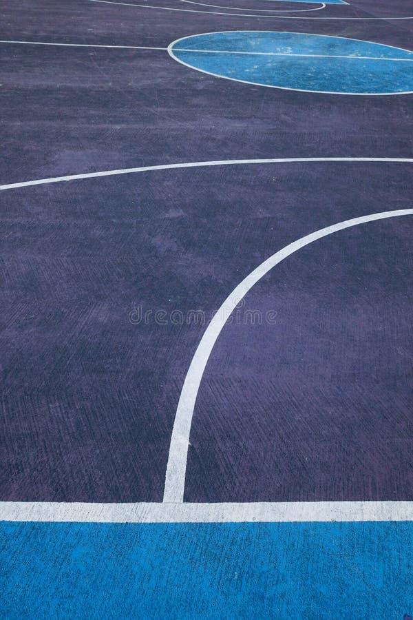 F?rgrik basketdomstol i gatan i den Bilbao staden arkivfoto