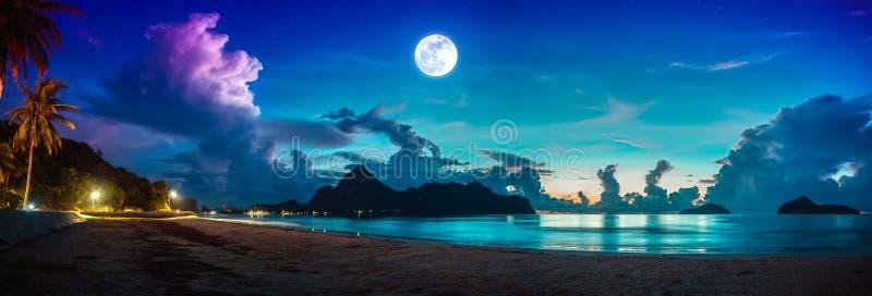 F?rgrik bl? himmel med molnet och den ljusa fullm?nen p? seascape till natten royaltyfria foton