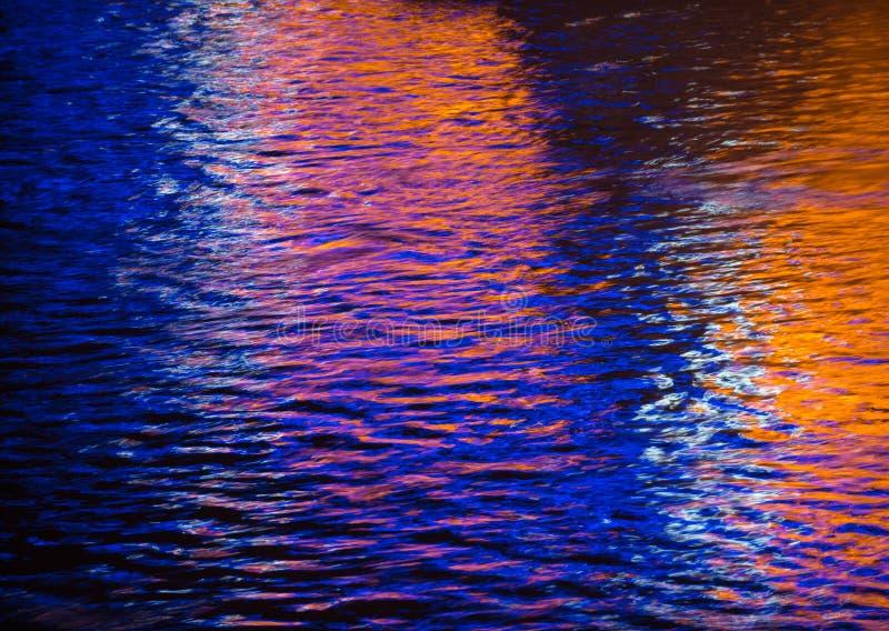 F?rgrik ljus reflexion p? vattnet royaltyfri bild