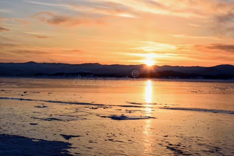 F?rgrik solnedg?ng ?ver den crystal isen av Baikal sj?n fotografering för bildbyråer