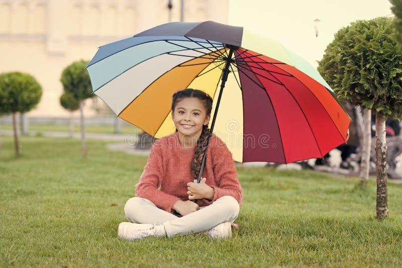 F?rgrik tillbeh?r f?r gladlynt lynne L?ngt h?r f?r flickabarn med paraplyet F?rgrik ?tf?ljande positiv p?verkan brigham arkivbilder