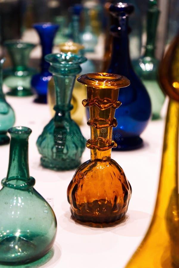 F?rgrika antikvitetflaskor arkivfoton