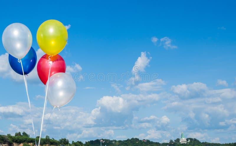 F?rgrika ballonger med bl? himmel arkivfoto