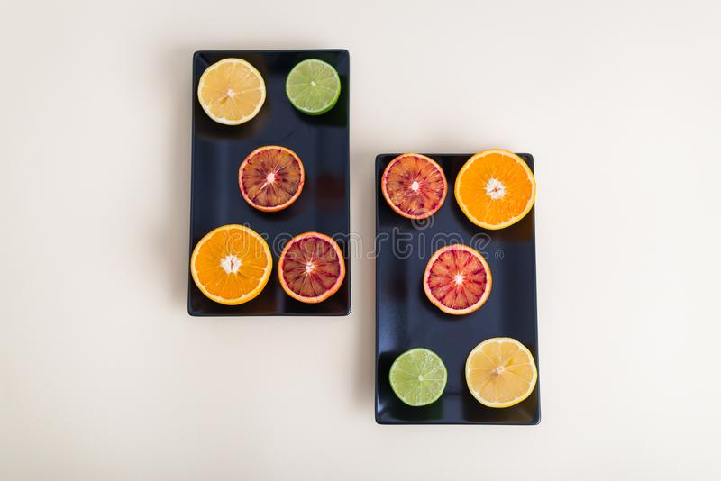 F?rgrika citrusfrukter, apelsiner, blodapelsin, limefrukt och citron arkivbild