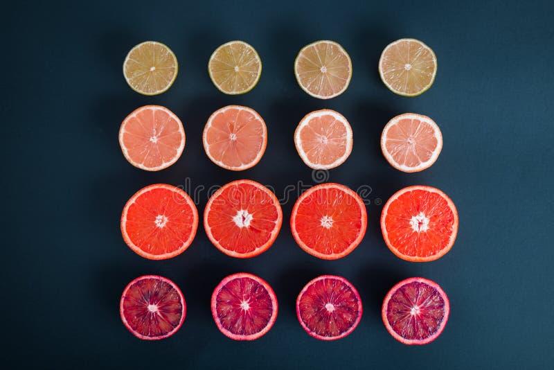 F?rgrika citrusfrukter, apelsiner, blodapelsin, limefrukt och citron arkivfoto