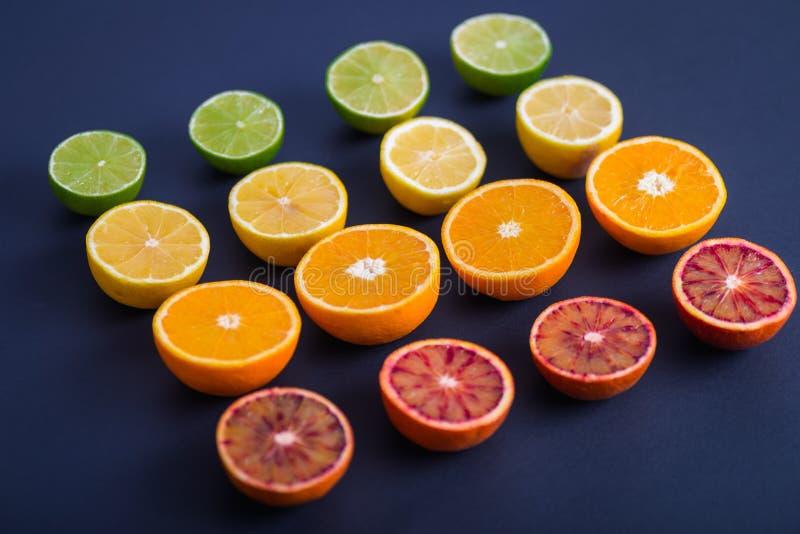 F?rgrika citrusfrukter, apelsiner, blodapelsin, limefrukt och citron arkivfoton