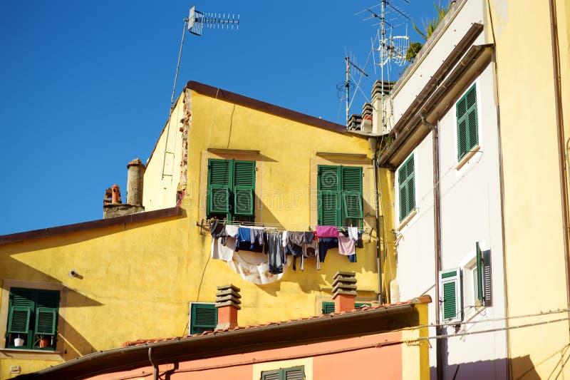 F?rgrika hus av den Lerici staden som lokaliseras i landskapet av La Spezia i Liguria, del av italienaren Riviera royaltyfri foto