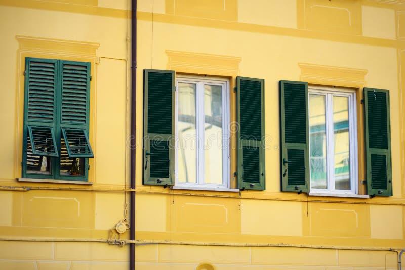 F?rgrika hus av den Lerici staden som lokaliseras i landskapet av La Spezia i Liguria, del av italienaren Riviera arkivbilder