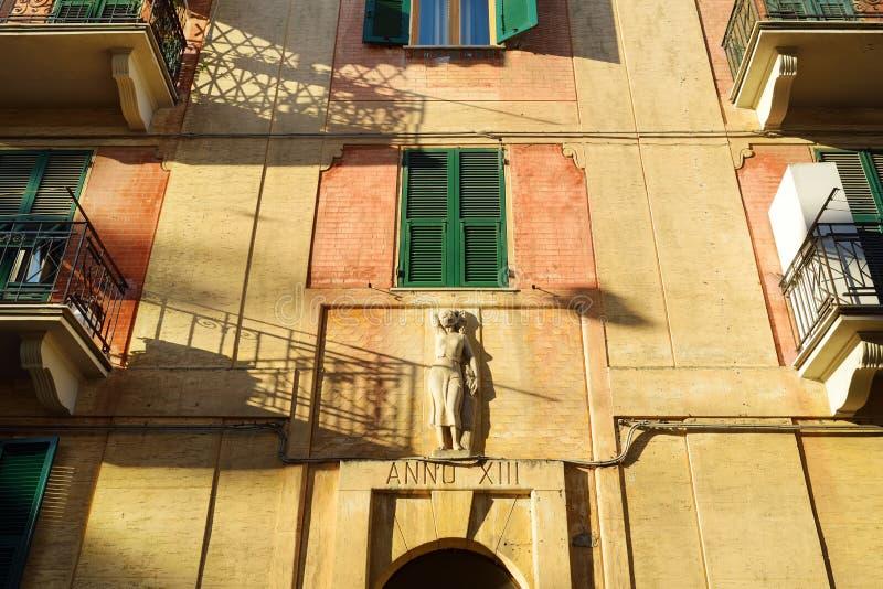 F?rgrika hus av den Lerici staden som lokaliseras i landskapet av La Spezia i Liguria, del av italienaren Riviera fotografering för bildbyråer