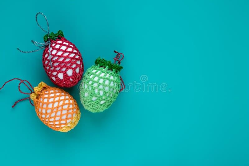 F?rgrika p?sk?gg p? turkosbakgrund Påsk- gåvakort av mångfärgade easter ägg med opy utrymme för Ñ- på blå bakgrund arkivbilder