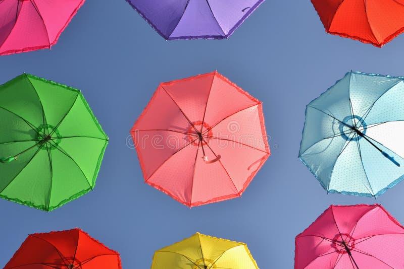 F?rgrika paraplyer under himmel royaltyfria bilder