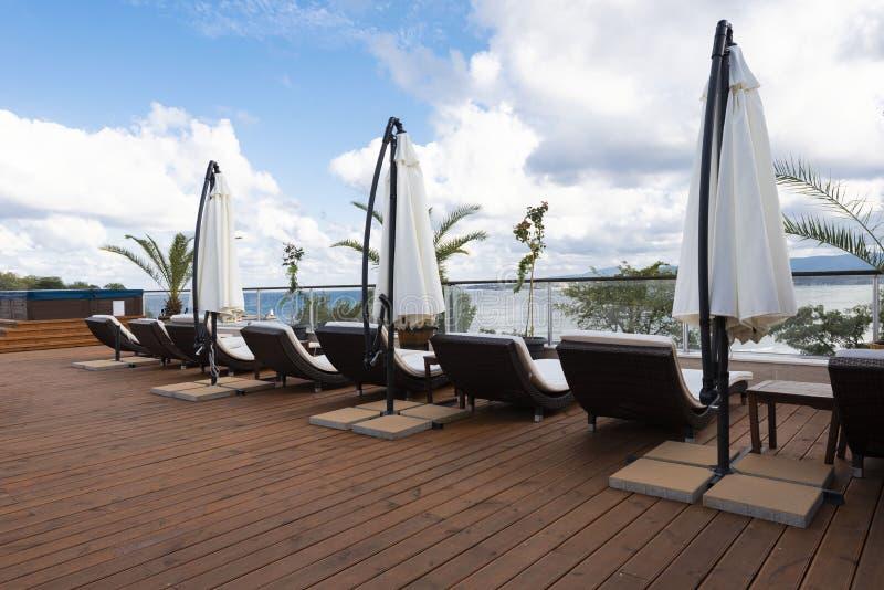 F?rias de ver?o Terraço do hotel de luxo com guarda-chuva e cadeira ao redor Recurso do hotel em Bulgária, Primorsko para o curso fotos de stock