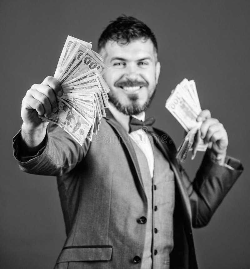 F? rikt snabbt Valutam?klare med packen av pengar Sk?ggig man som rymmer kassapengar Framst?llning av pengar med hans egna arkivfoto