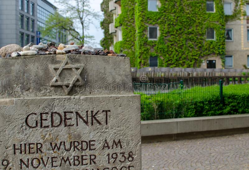 F?rintelseminnesm?rke i Leipzig, Tyskland Minnesm?rken av den stora synagogan 140 brons stolar f?rl?ggas var synagogan en g?ng arkivfoto
