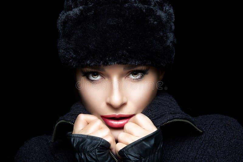 Fôrma do inverno Jovem mulher bonita no chapéu forrado a pele e nos mitenes fotografia de stock royalty free