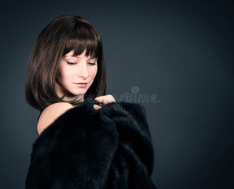 Fôrma do inverno Modelo de forma Girl da beleza em Mink Fur Coat Mulher bonita no revestimento preto luxuoso da pele imagem de stock