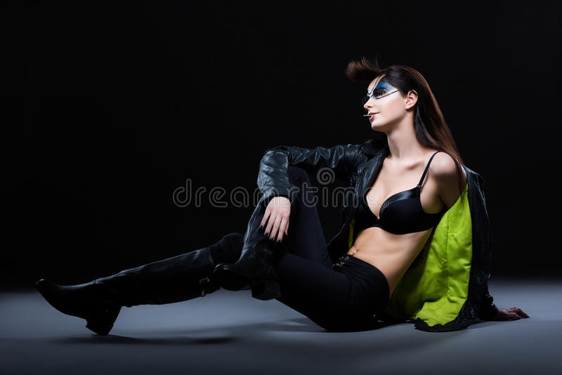 Fôrma. Mulher glamoroso Ultramodern que senta-se na roupa moderna. Fantasia fotografia de stock royalty free