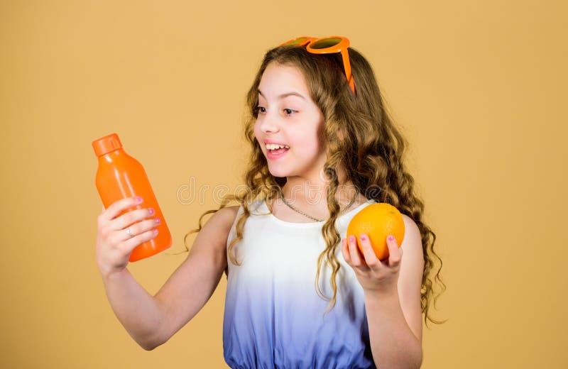 f?rnyande vitaminfruktsaft isolerade f?ngelsekunder f?r armomsorg h?lsa Sommarvitaminet bantar Naturlig vitamink?lla ny orange fr royaltyfria bilder