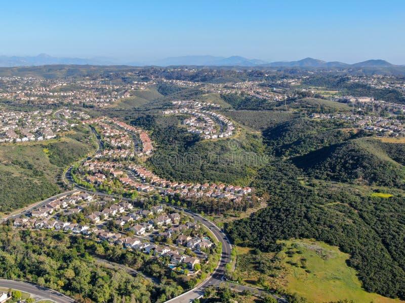 F?rorts- grannskap f?r flyg- sikt med identiska villor bredvid de i dalen San Diego Kalifornien, arkivfoton