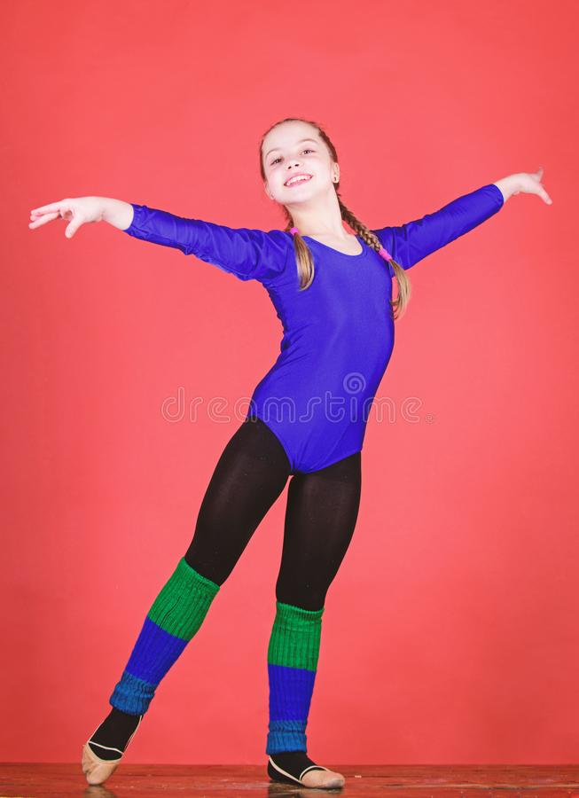 F?rs?k h?rt Sporten f?r rytmisk gymnastik kombinerar best?ndsdelbalettdans F?r gymnastsportar f?r flicka liten body fysiskt royaltyfri foto
