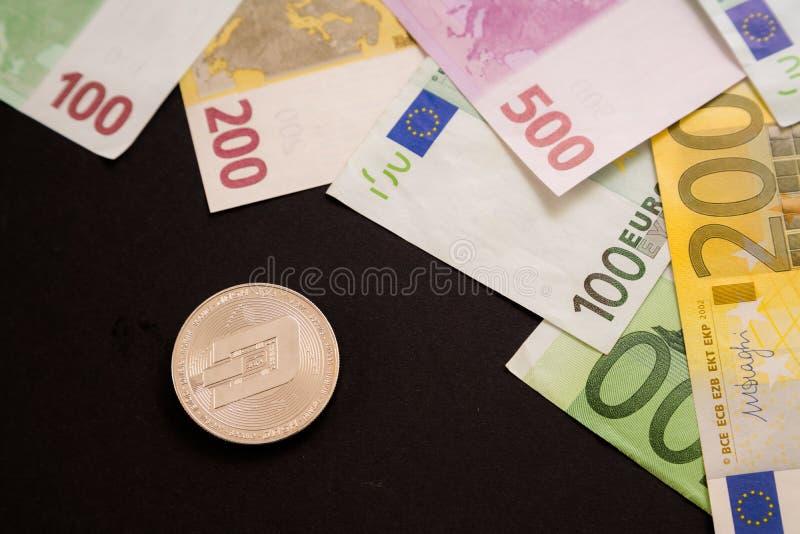 F?rsilvra streckmyntet bredvid eurosedlar p? svart bakgrund Digital valuta, marknad f?r kvarterkedja Euror?kningar bredvid crypto arkivfoto