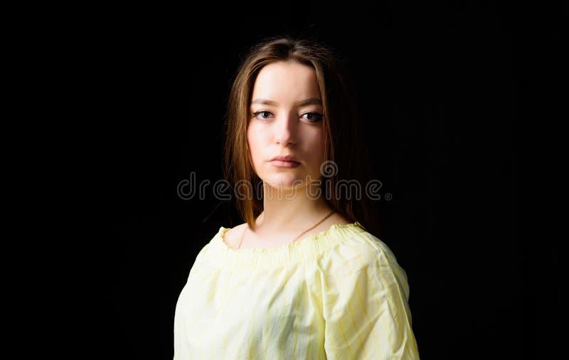 F?rsk?na framsidah?r och hud Cosmetology och sk?nhet Daglig enkel makeup St?ende av l?ngt h?r f?r attraktiv kvinna royaltyfri foto