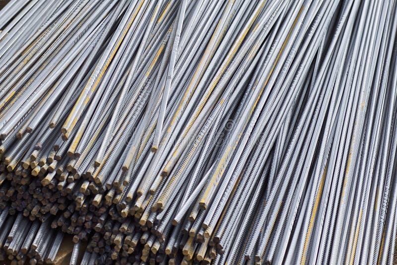 F?rst?rkningsst?nger med en periodisk profil i packarna lagras i lagret f?r metallprodukter arkivfoto