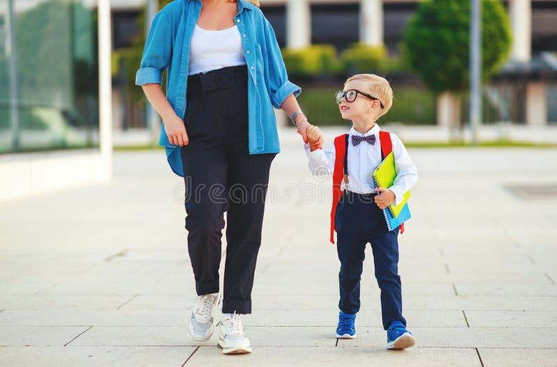 f?rsta skola f?r dag modern leder skolapojken för det lilla barnet i den första kvaliteten fotografering för bildbyråer