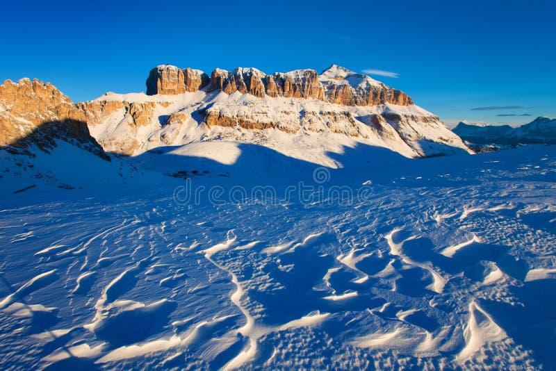 f?rsta snow Ursnygg solig sikt av f?rsta sn? f?r Dolomitefj?ll?ngar F?rgrik vinterplats av Monte Pelmo bergskedja Giau passerande royaltyfri bild