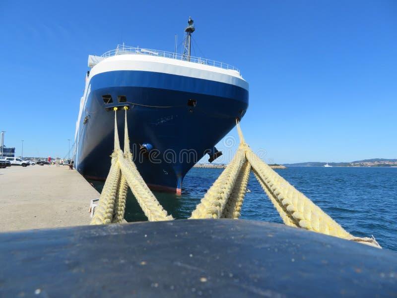 F?rt?jer port var parkerade fartyg som ska tankas och repareras arkivbild