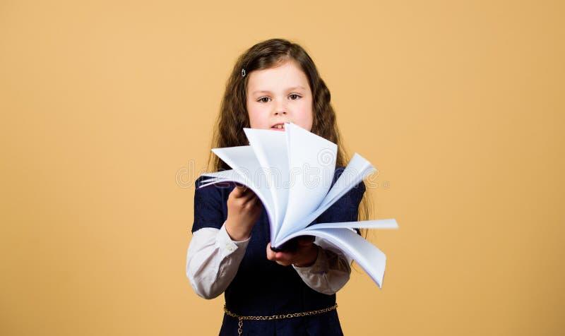 F?rtjusande barn f?r skolflicka Barndom och uppfostran Kunskap och information Liten ungestudie Skolaliv Utbildning royaltyfria foton