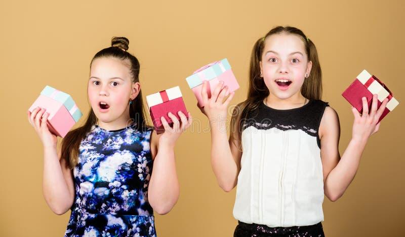 F?rtjusande flickor firar f?delsedag F?r f?r?lskelsef?delsedag f?r ungar lyckliga g?vor Shopping och ferier Systrar tycker om g?v fotografering för bildbyråer