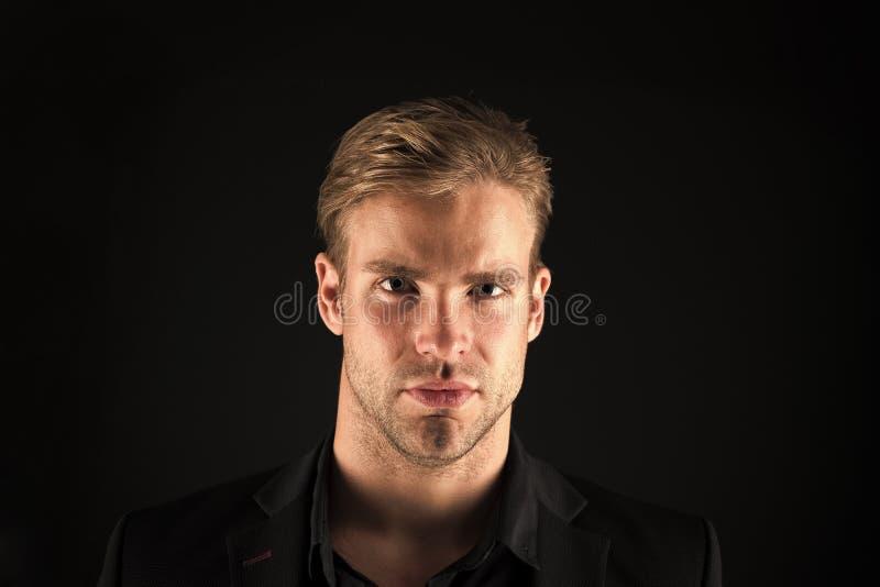 F?rtroende och manlighet Manbrunn som ansas med svart bakgrund f?r borst och f?r frisyr Macho s?ker strikt framsida royaltyfri bild