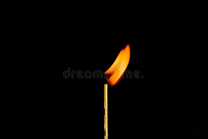 F?sforo ardente no fundo preto imagens de stock royalty free