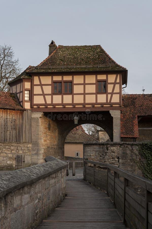F?steporten i den medeltida deren Tauber, en f?r stadRothenburg ob av de mest h?rliga och mest romantiska byarna i Europa royaltyfria bilder