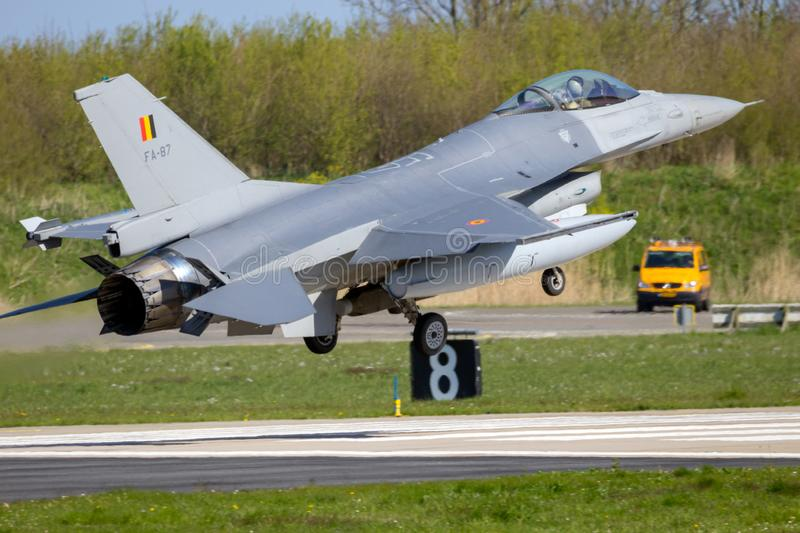 F-16 straal definitieve aprroachluchtmachtbasis royalty-vrije stock afbeelding