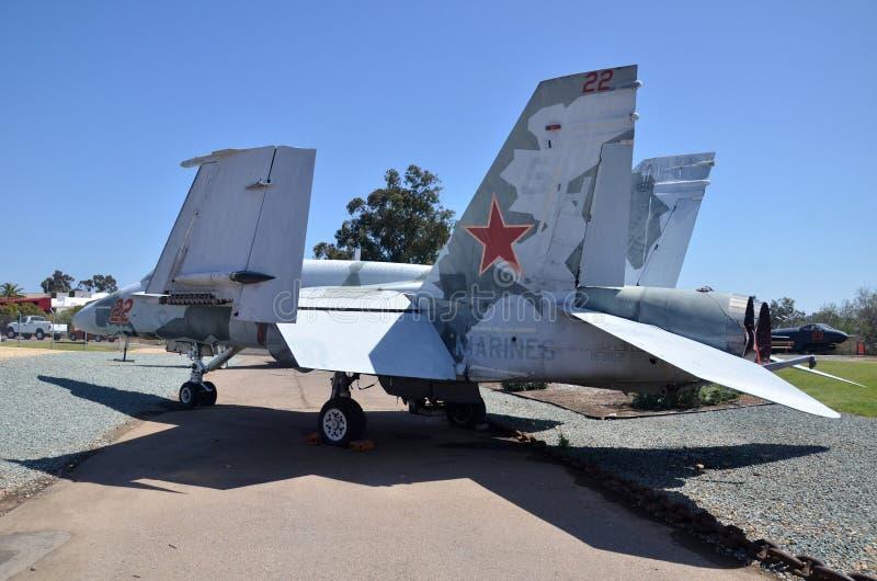 F-18A szerszenia pokaz wśrodku Latać Leatherneck lotnictwa muzeum w San Diego, Kalifornia obrazy stock