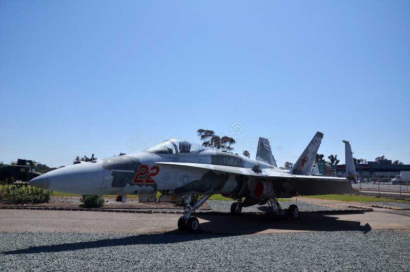 F-18A szerszenia pokaz wśrodku Latać Leatherneck lotnictwa muzeum w San Diego, Kalifornia zdjęcie stock