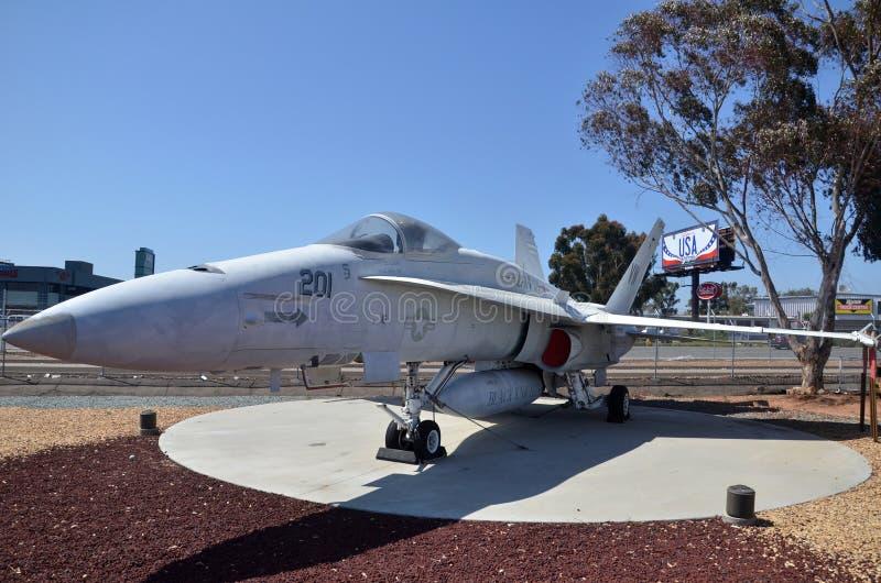 F/A-18A szerszenia pokaz wśrodku Latać Leatherneck lotnictwa muzeum w San Diego, Kalifornia zdjęcia stock
