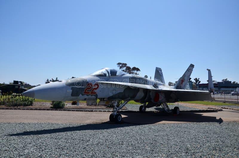F-18A szerszenia pokaz wśrodku Latać Leatherneck lotnictwa muzeum w San Diego, Kalifornia zdjęcia royalty free