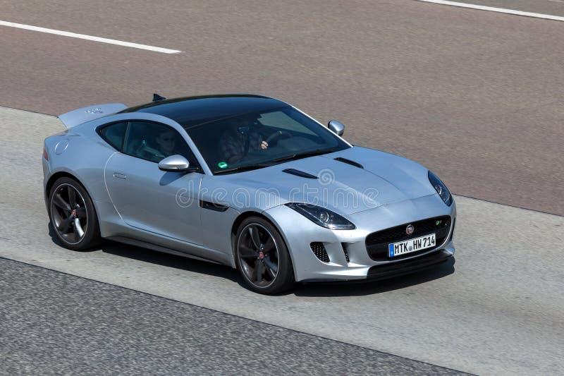 F-tipo cupê de Jaguar na estrada imagens de stock royalty free