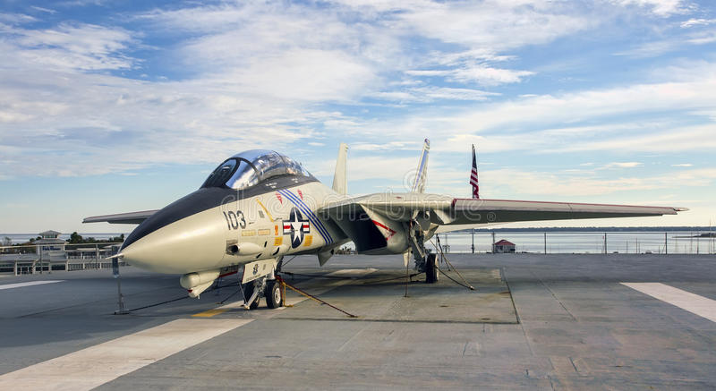 F-14 Tomcat Kampfflugzeug auf Flugzeugträgerplattform stockfotografie