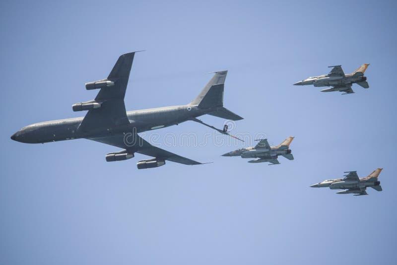 F-16 trois et Boeing 707 avions dans l'armée israélienne de démonstration aérienne célèbre le Jour de la Déclaration d'Indépendan photo stock