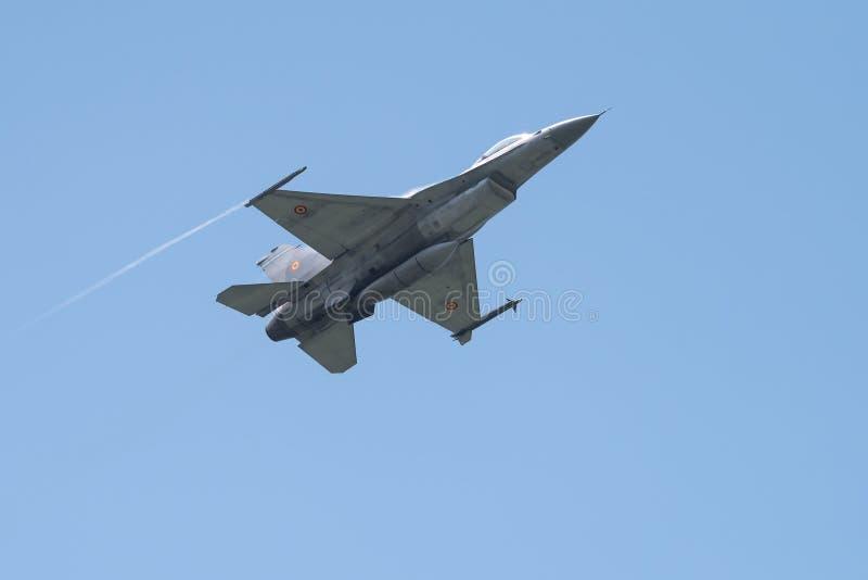 F16 tryska samolot na Bucharest międzynarodowym pokazie lotniczym, niska przepustka zdjęcie stock