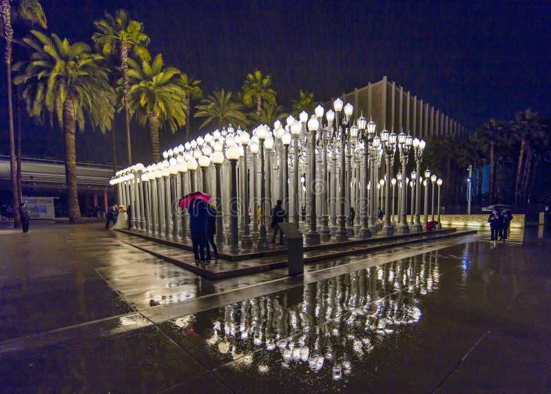 2 F?VRIER 2019 - LOS ANGELES, CA, Etats-Unis - art public l?ger urbain sur le Bd. de Wilshire est vu dans le strom de pluie au mu photos stock