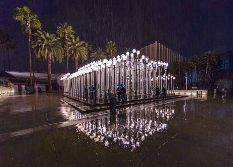 2 F?VRIER 2019 - LOS ANGELES, CA, Etats-Unis - art public l?ger urbain sur le Bd. de Wilshire est vu dans le strom de pluie au mu image stock